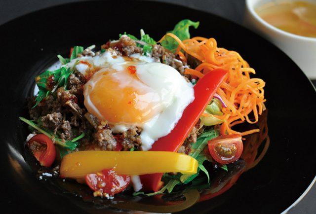 ひき肉と彩り野菜の温玉のせエスニック丼